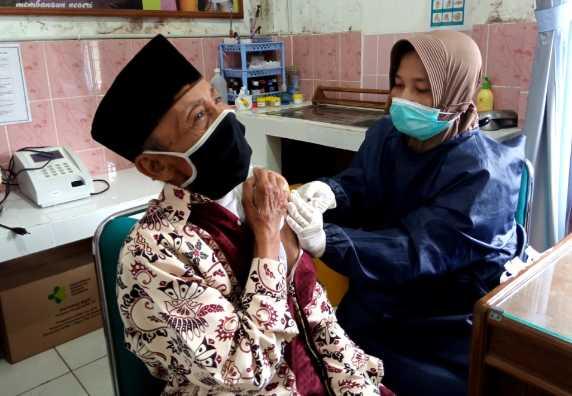 Masyarakat Desa Jati khusus bagi Lansia Mendapat Vaksinasi Kedua