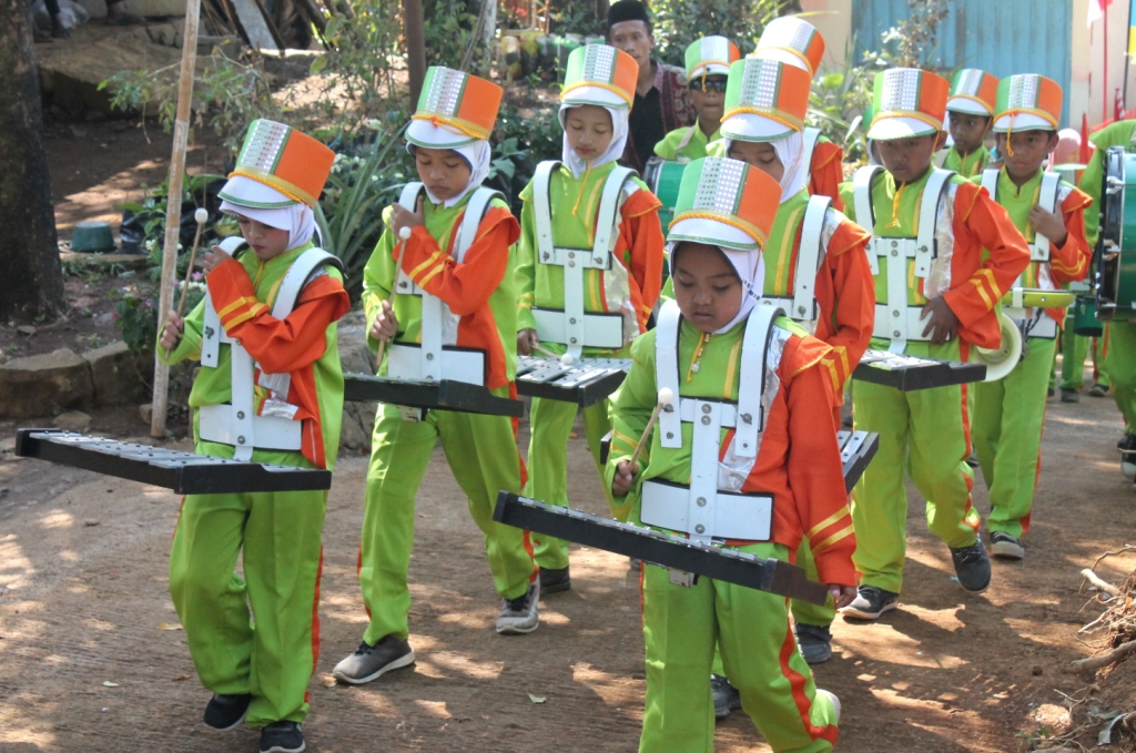 Penampilan/Display Drumband MI Jati dalam memeriahkan HUT RI ke 74